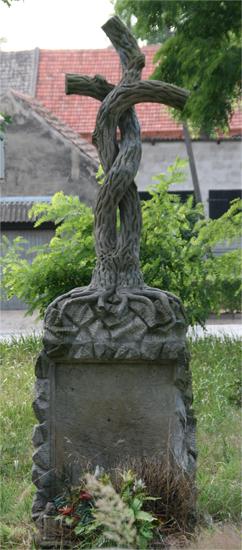 Krzyż na cmentarzu w Dębnie Polskim